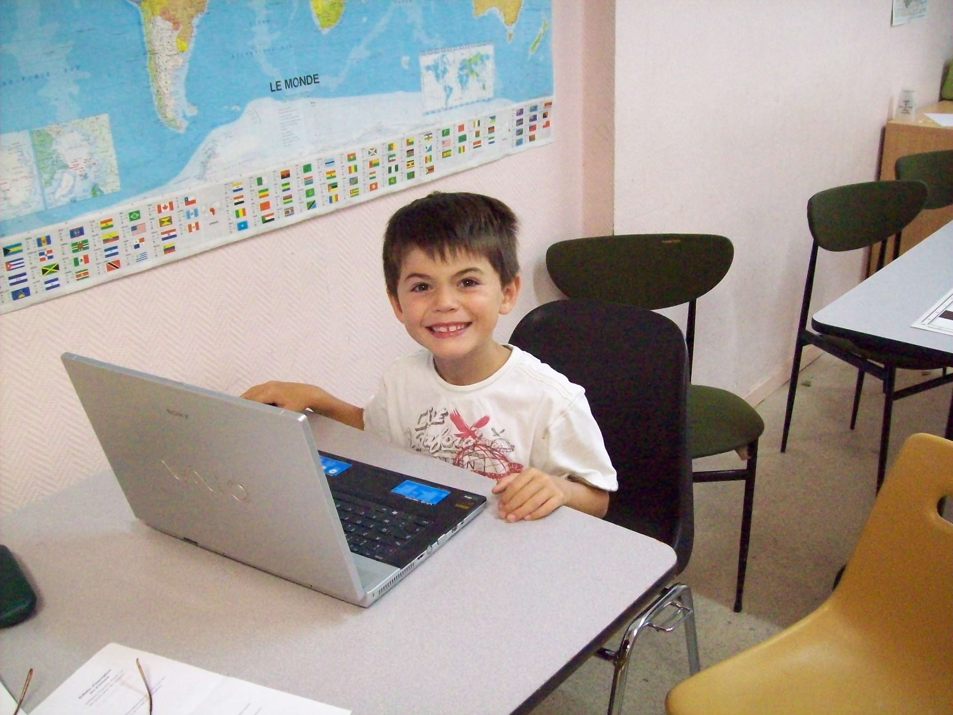 Enfant jouant au jeu d'échecs sur un ordinateur