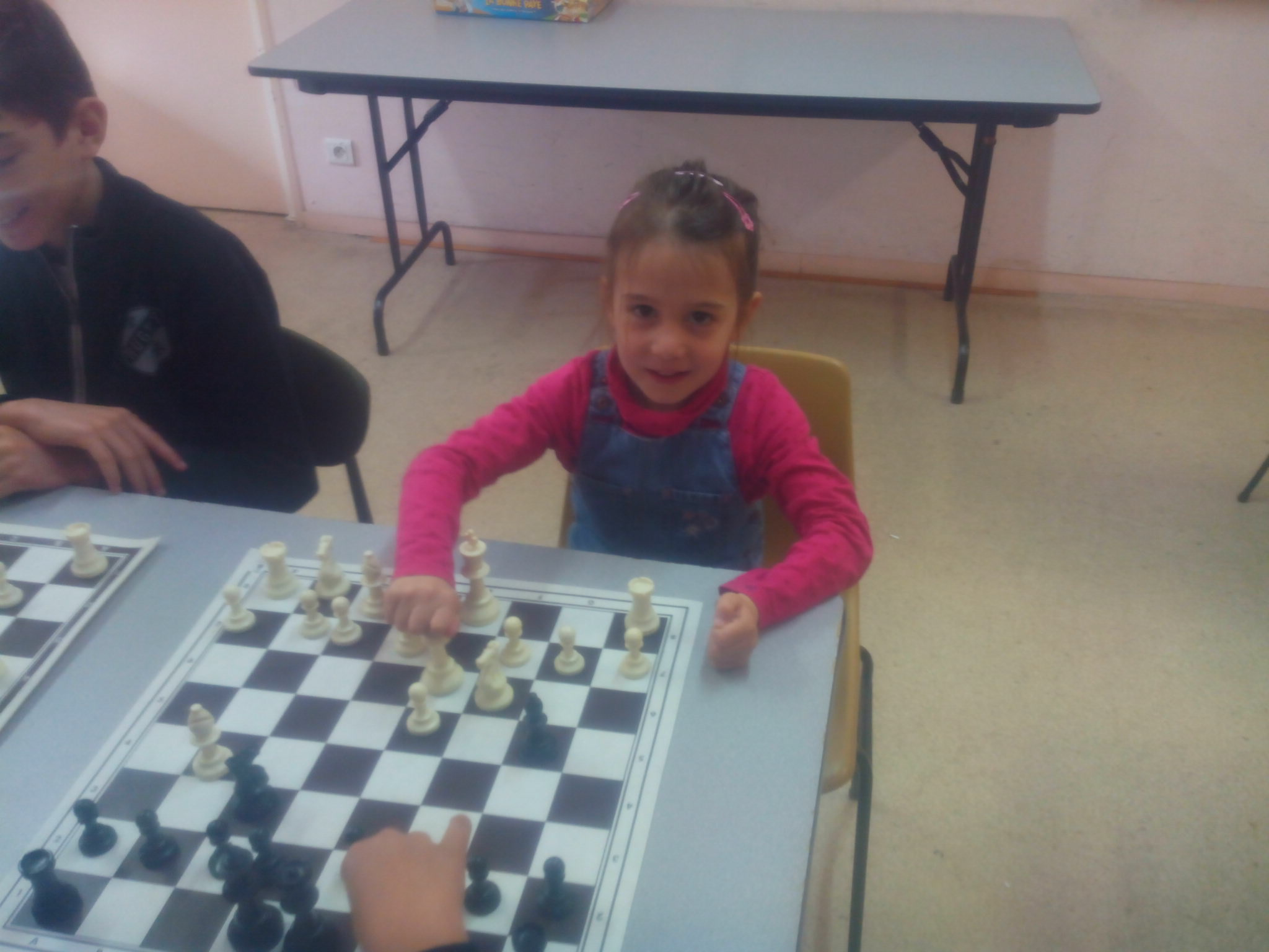 Enfant jouant au jeu d'échecs