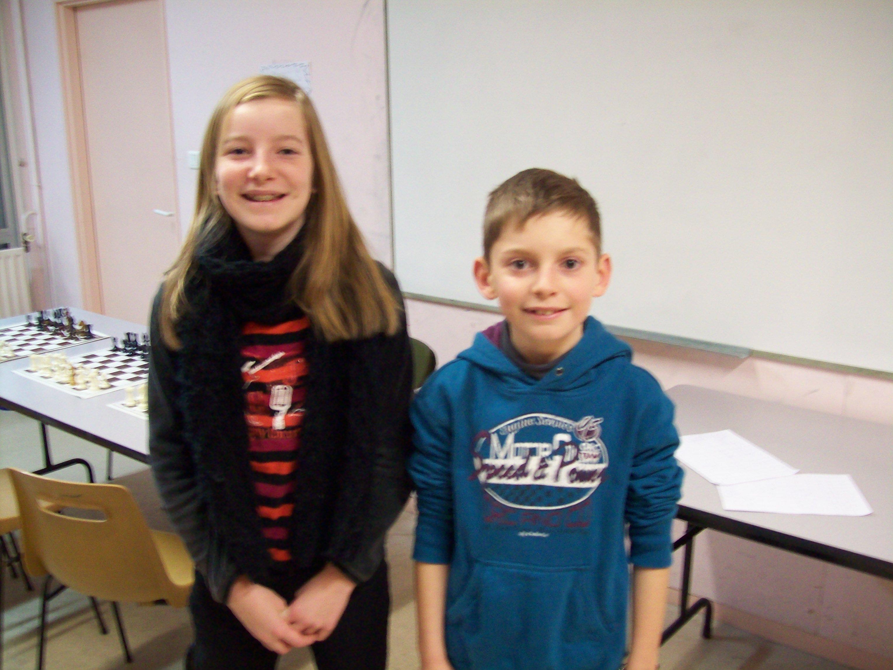 Deux enfants posent pour la photo