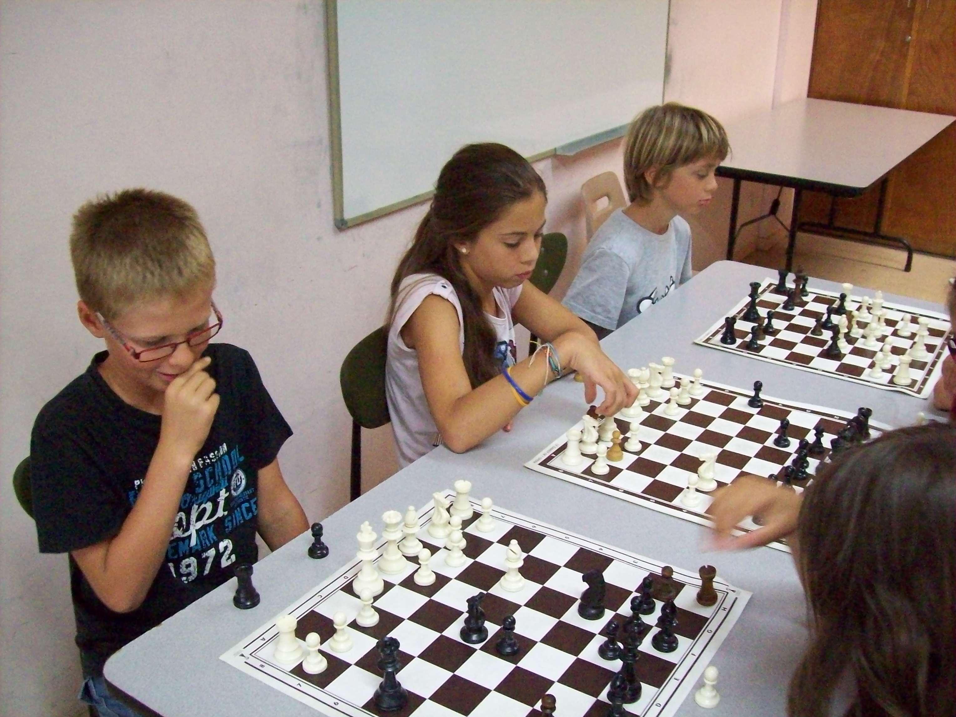 Enfants jouant au jeu d'échecs